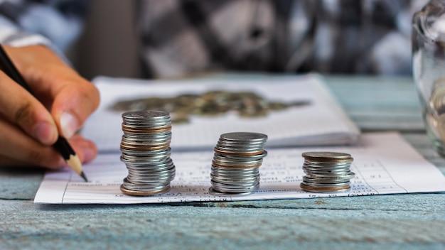 Monedas en concepto de cálculo de pila Foto gratis