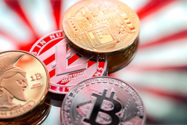 Monedas litecoin y bitcoin, en el contexto de japón y la bandera japonesa, el concepto de dinero virtual, primer plano. Foto gratis