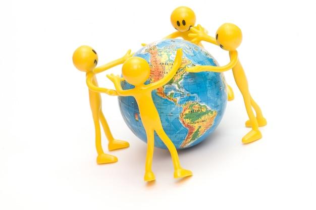 Monigotes abrazando el mundo Foto gratis