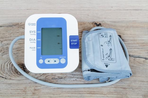Monitor automático de la presión arterial - Foto Gratis
