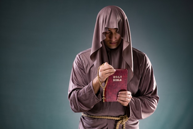 Monje en concepto religioso Foto Premium
