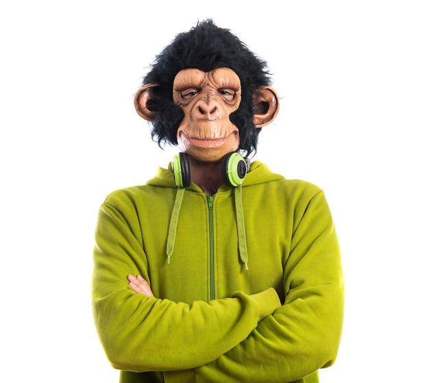 Mono hombre escuchando música Foto gratis