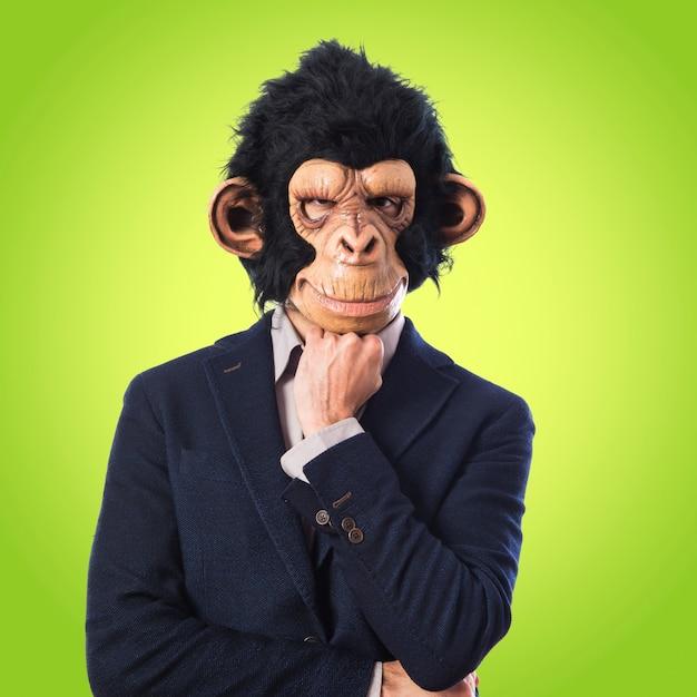 Mono hombre pensando en fondo blanco sobre fondo de colores Foto Premium