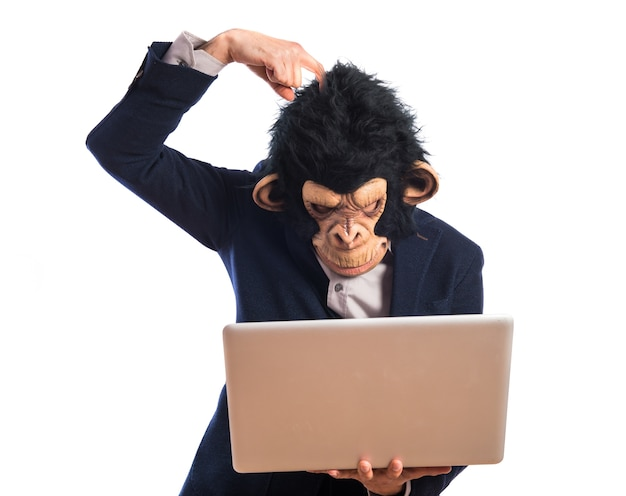 Mono que tiene dudas con su computadora portátil Foto gratis