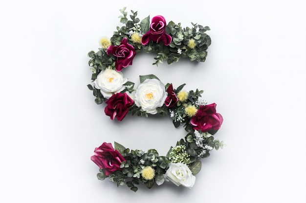 Monograma floral de la letra s de la flor Foto gratis