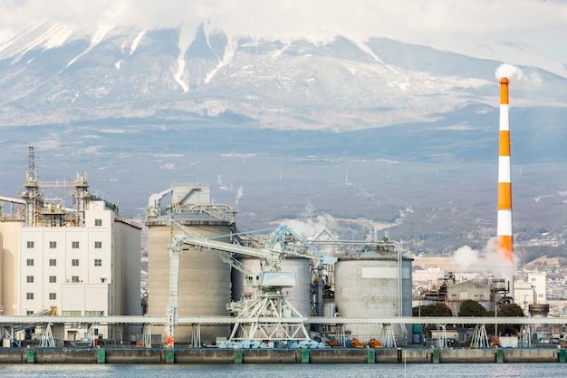Montaña fuji y fábrica Foto Premium