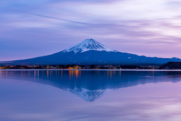 Montaña fuji en el lago kawaguchiko, japón Foto Premium