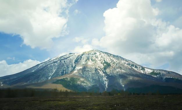 Montaña grande con nieve en la cima Foto gratis