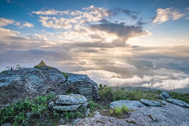 Montaña y muchas nubes amanecer Foto gratis