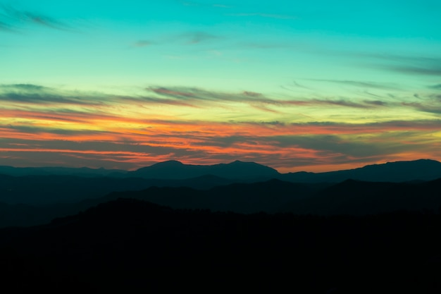 Montaña panorámica y dramático fondo de puesta de sol del cielo Foto gratis