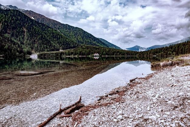 Montañas bajo nubes blancas Foto gratis