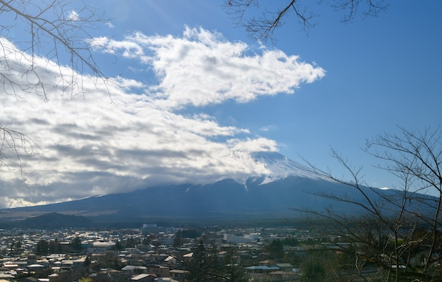 Monte fuji cerca de la pagoda chureito en otoño Foto Premium