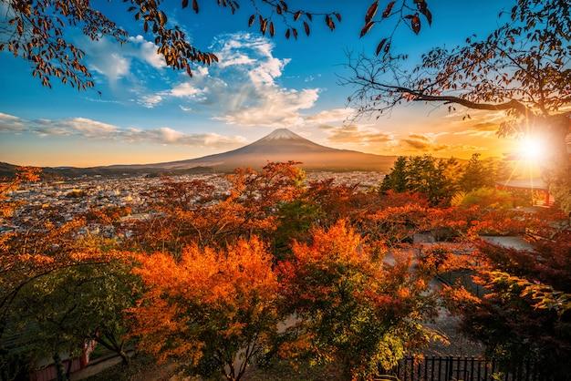 Monte fuji con la hoja roja en el otoño en la puesta del sol en fujiyoshida, japón. Foto Premium