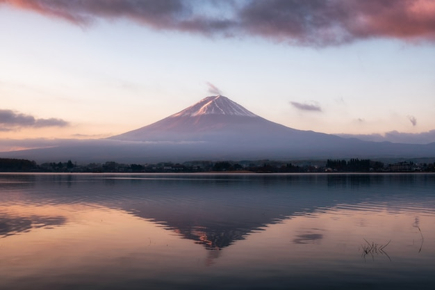 Monte volcán fuji-san calidez reflexión lago kawaguchiko al amanecer Foto Premium