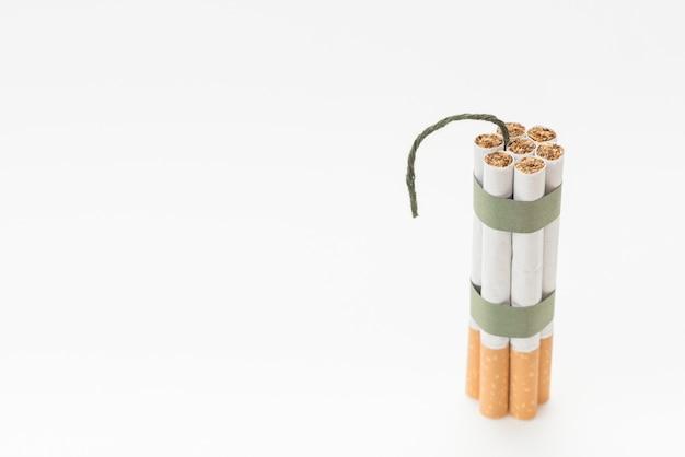 Montón de cigarrillo con mecha sobre fondo blanco Foto gratis