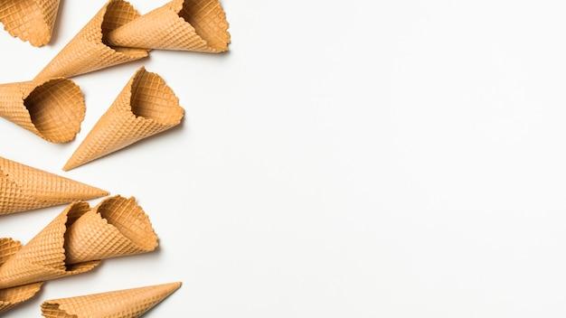 Montón de conos de gofres vacíos Foto gratis