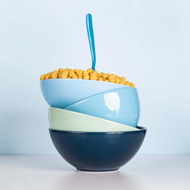 Montón de cuencos azules sucios llenos de cereales y cuchara Foto gratis