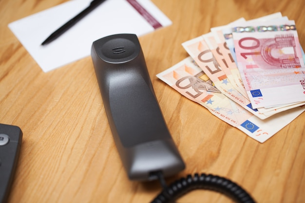 Montón de dinero en la mesa de oficina Foto gratis