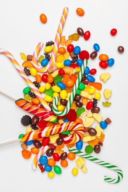 Un montón de dulces coloridos Foto Premium