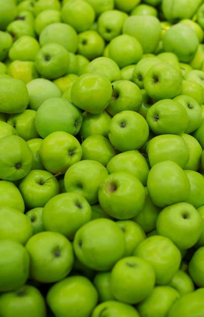Montón de manzanas verdes frescas Foto gratis