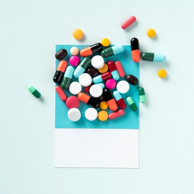 Un montón de pastillas médicas y tabletas Foto gratis