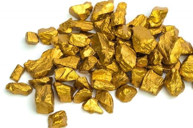 Un montón de pepitas de oro o mineral de oro aislado Foto Premium