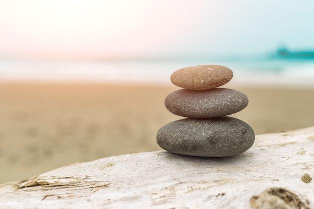 Montón de piedras en la playa Foto gratis