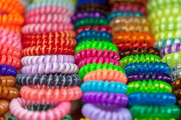 Un montón de scrunchie de varios colores para el cabello de estilo. Foto Premium