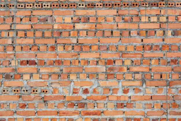 Montones de ladrillos colocados en el piso de la fábrica. Foto gratis