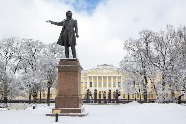 Monumento a aleksander pushkin en la plaza de las artes en invierno, san petersburgo, rusia. Foto Premium