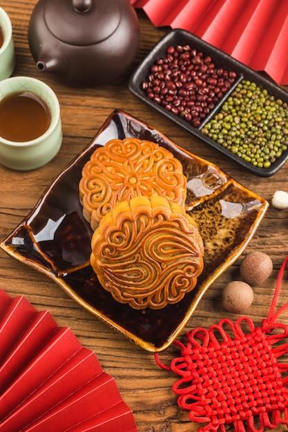 Mooncakes tradicionales en mesa con taza de té Foto Premium
