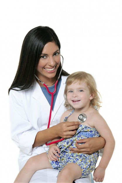 Morena pediatra con niña rubia Foto Premium