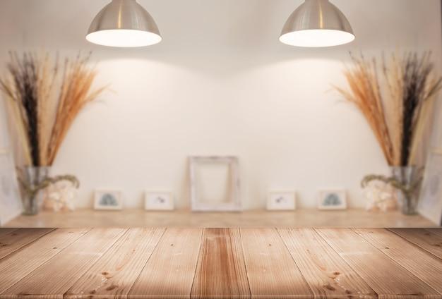 Mostrador de mesa de madera con galería de desenfoque sala de estar Foto Premium
