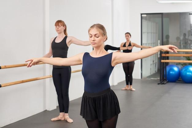 Mostrando ejercicio de ballet Foto gratis