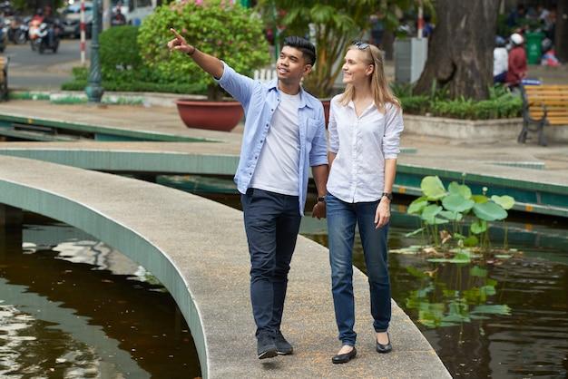 Mostrando novia por la ciudad Foto gratis