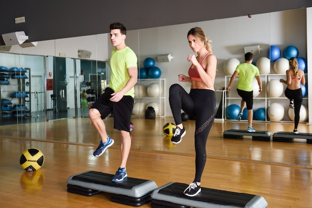 Motivación masculina de baile actividad muscular Foto gratis