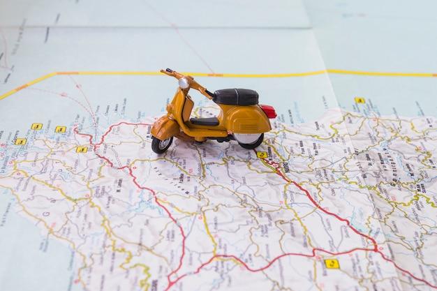 Moto de juguete en mapa Foto gratis