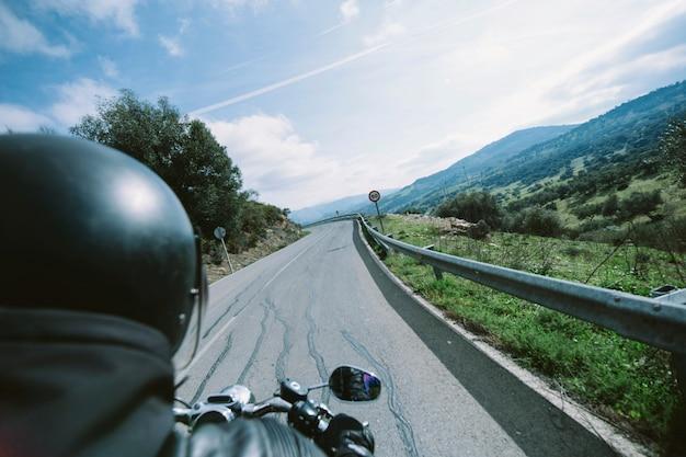 Motociclista en la carretera de campo Foto gratis