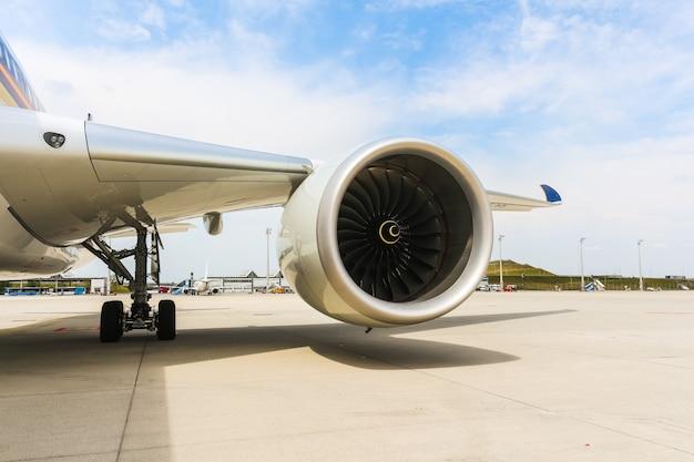 El motor del avión moderno del avión de pasajeros. ventilador giratorio y álabes de turbina. Foto Premium