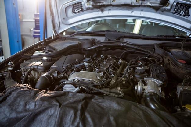 Motor de coche en el garaje de reparaci n descargar - Garaje de coches ...
