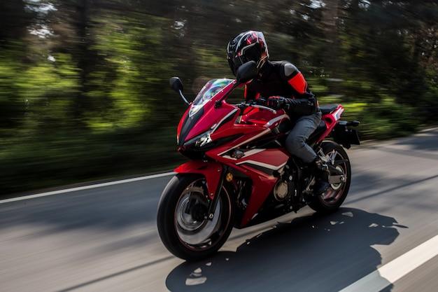 Motor rojo en bicicleta en la carretera. Foto gratis