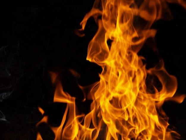 Moviendo llamas sobre fondo negro Foto gratis