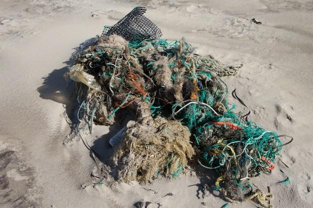 Mucha basura arrastrada a la orilla de la playa Foto Premium