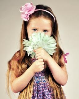Muchacha con flores, niña