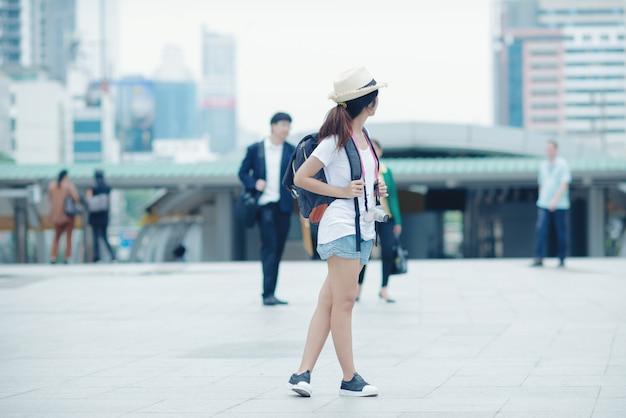 Muchacha hermosa que camina en la calle de la ciudad viajando en tailandia Foto gratis