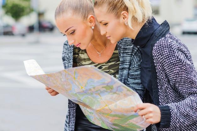 Muchachas Bonitas En La Calle Con El Mapa Foto Gratis