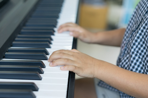 Los muchachos tocando el piano, aprendiendo piano Foto Premium