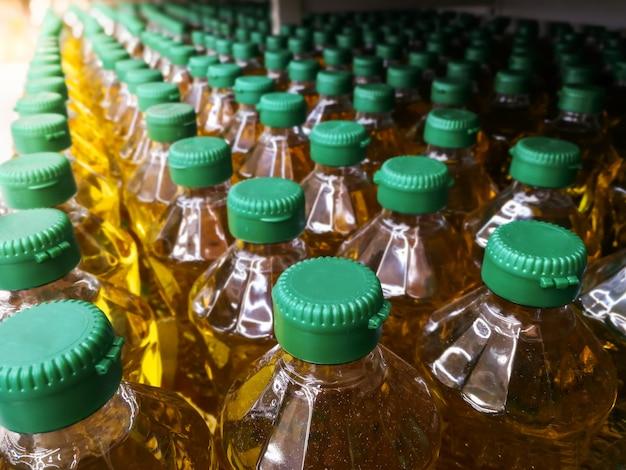 Muchas botellas en fila de pila de aceite vegetal Foto Premium