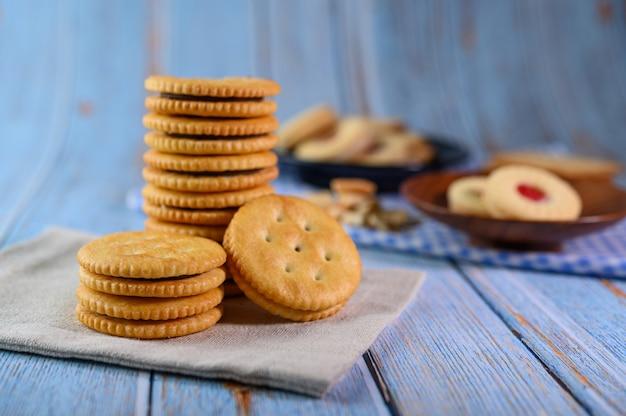 Muchas galletas se colocan en la tela y luego se colocan en una mesa de madera. Foto gratis