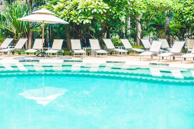 Muchas hamacas cerca de una piscina grande descargar for Hamacas de piscina